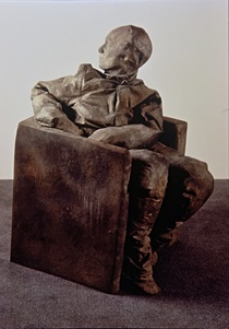 Juan Muñoz (Spanish, 1953-2001), Seated Figure Looking Backwards, 1996. Bronze. Meadows Museum, SMU, Dallas. Gift of The Barrett Collection, Dallas, Texas, in honor of Dr. Mark A. Roglán, MM.2014.06. Photo courtesy of The Barrett Collection