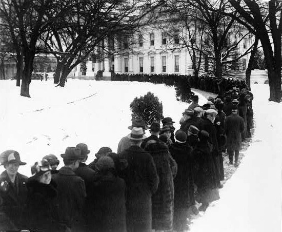 Line outside the White House in 1920s